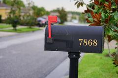 cassetta-delle-lettere-degli-stati-uniti-con-la-bandiera-nella-posizione-alta-42557465